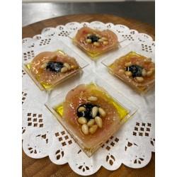Le carpaccio de poule faisane, crème de balsamique et pignons de pin grillés