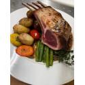 Le carré d'agneau rôti, jus au thym frais, poêlée de pommes mitraille et légumes verts