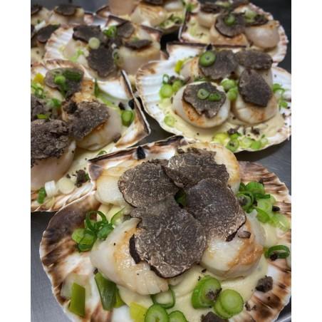 La coquille Saint-Jacques (3 noix) aux truffes, étuvée de jeunes poireaux à la crème